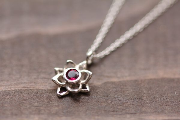 石が選べる蓮の花ネックレスガーネットディテール
