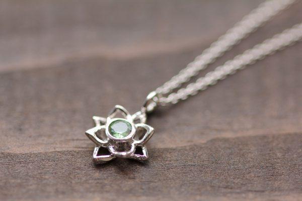 石が選べる蓮の花ネックレスグリーンサファイアディテール