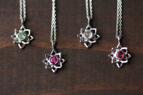 石が選べる蓮の花ネックレス